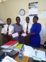 """""""Vore"""" piger, Oliven og Cinyscovia bliver taget imod på skolen i Kisumu"""