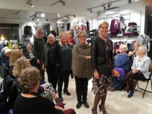 Butikkens flotte personale viste lækker tøjModeshow